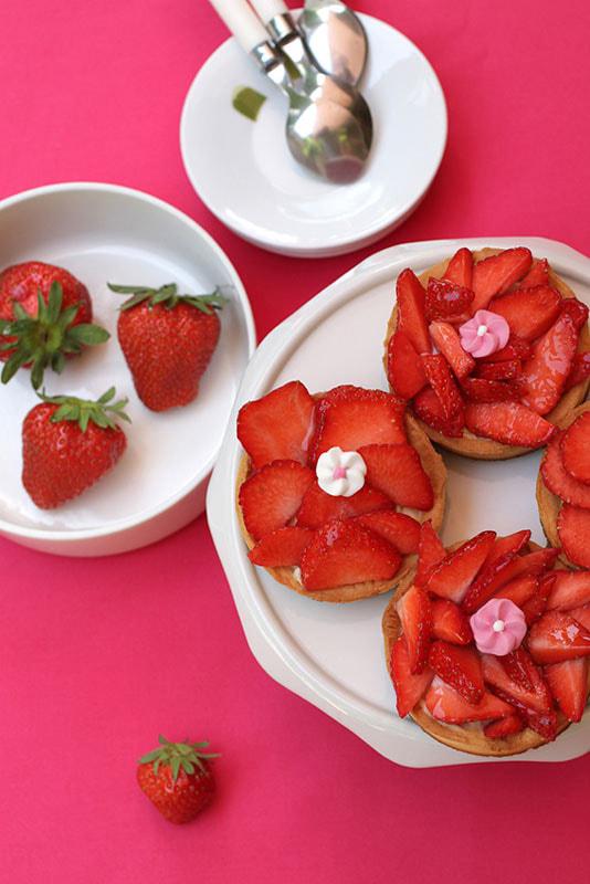Tartelettes-aux-fraises-dessert-fruits-nappage-tarte-brillant-LA-PATELIERE