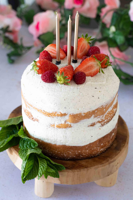 naked cake bougies dorées fraises elise dit à table LA PATELIERE